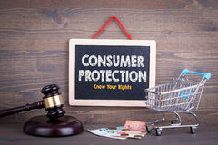 Conceito da proteção dos direitos de consumidor Quadro em um fundo de madeira foto de stock