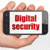 Conceito da proteção: Entregue guardar Smartphone com segurança de Digitas na exposição Imagens de Stock Royalty Free