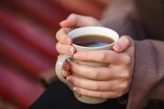Conceito da queda - café bebendo da mulher do outono no banco de parque abaixo Fotos de Stock