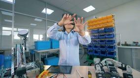 Conceito da realidade virtual Um menino que gesticula em vidros de VR, fim acima vídeos de arquivo