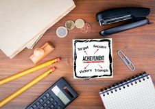 Conceito da realização Mesa de escritório com fundo dos artigos de papelaria, da carta e da comunicação imagem de stock