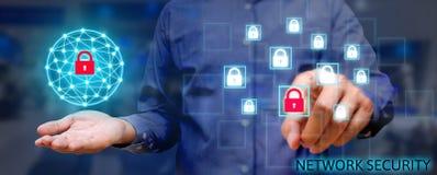 Conceito da rede da segurança do Cyber, homem asiático novo que guarda n global foto de stock