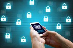 Conceito da rede da segurança do Cyber, homem que guarda o smartphone com ícone Foto de Stock