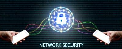 Conceito da rede da segurança do Cyber, homem que guarda o smartphone com fechamento Foto de Stock Royalty Free
