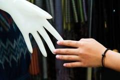 Conceito da relação: Mão humana com mão plástica fotografia de stock royalty free