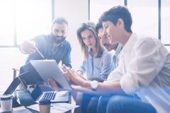 Conceito da reunião de negócio Equipe dos colegas de trabalho que trabalha o projeto startup novo no escritório moderno Analise o fotografia de stock royalty free