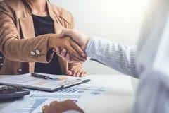 Conceito da reunião da parceria do negócio, dois negócio seguro han fotos de stock