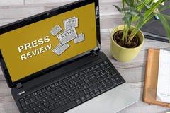 Conceito da revisão da imprensa em um portátil imagens de stock royalty free