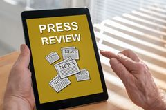 Conceito da revis?o da imprensa em uma tabuleta imagens de stock