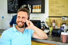 Conceito da ruptura de café Deixa a reunião no café Fundo móvel do barista do café da conversação do homem Café da bebida ao espe foto de stock