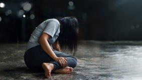 Conceito da saúde mental de PTSD Desordem traumático do esforço do cargo A mulher deprimida que senta-se apenas no assoalho no ba imagens de stock