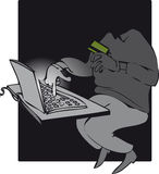 Conceito da segurança com o ladrão sneaky que rouba dados do computador do portátil na noite Foto de Stock Royalty Free