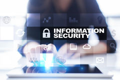Conceito da segurança da informação e da proteção de dados na tela virtual imagem de stock