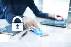 Conceito da segurança da proteção de dados e do cyber na tela virtual Fotografia de Stock Royalty Free