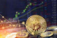 Conceito da segurança do blockchain de Bitcoin com computação da nuvem do Internet e moedas no portátil com gráfico e fechamento