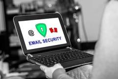 Conceito da segurança do email em uma tabuleta imagens de stock royalty free