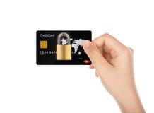 Conceito da segurança do negócio: As mulheres entregam guardar o cartão de crédito Imagens de Stock