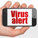 Conceito da segurança: Entregue guardar Smartphone com alerta do vírus na exposição Imagens de Stock