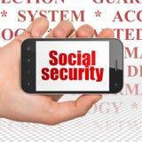 Conceito da segurança: Entregue guardar Smartphone com segurança social na exposição Foto de Stock Royalty Free