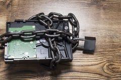 Conceito da segurança da informação, disco rígido com corrente e cadeado fotos de stock royalty free