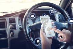 Conceito da segurança, mãos usando o smartphone que ajusta a navegação antes de conduzir o carro foto de stock