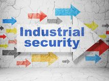 Conceito da segurança: seta com segurança industrial no fundo da parede do grunge Foto de Stock Royalty Free
