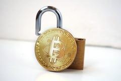 Conceito da seguran?a de Bitcoin Moeda de ouro com cadeado imagem de stock royalty free