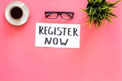 Conceito da sociedade Molde para o registro Registrar agora a mesa com vidros, café da palavra do iconon da rotulação da mão, pla foto de stock