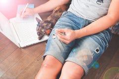 Conceito da tecnologia, da compra, da operação bancária, da casa e do estilo de vida - próximo acima do homem com laptop e cartão Fotos de Stock