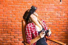 Conceito da tecnologia, da realidade virtual, do entretenimento e dos povos - mulher com os auriculares do vr que jogam o jogo Fotografia de Stock