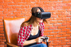 Conceito da tecnologia, da realidade virtual, do entretenimento e dos povos - mulher com os auriculares do vr que jogam o jogo Imagens de Stock Royalty Free