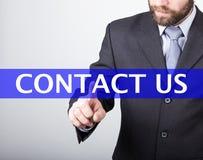 Conceito da tecnologia, do Internet e dos trabalhos em rede - as imprensas do homem de negócios contactam-nos botão em telas virt Imagem de Stock Royalty Free