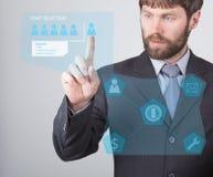 Conceito da tecnologia, do Internet e dos trabalhos em rede - homem de negócios que lê um sumário do empregado do candidato em te Fotos de Stock Royalty Free