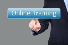 Conceito da tecnologia, do Internet e dos trabalhos em rede - homem de negócios que pressiona o botão do treinamento em linha em  imagens de stock