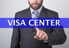 Conceito da tecnologia, do Internet e dos trabalhos em rede - o homem de negócios pressiona o botão center do visto em telas virt Foto de Stock Royalty Free