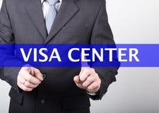 Conceito da tecnologia, do Internet e dos trabalhos em rede - o homem de negócios pressiona o botão center do visto em telas virt Fotos de Stock Royalty Free