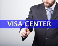 Conceito da tecnologia, do Internet e dos trabalhos em rede - o homem de negócios pressiona o botão center do visto em telas virt Fotografia de Stock Royalty Free