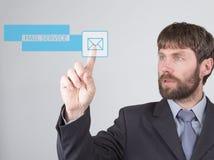 Conceito da tecnologia, do Internet e dos trabalhos em rede - o homem de negócios pressiona o botão do serviço de correio em tela Imagens de Stock