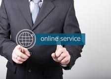 Conceito da tecnologia, do Internet e dos trabalhos em rede - o homem de negócios pressiona o botão do serviço online em telas vi Foto de Stock Royalty Free