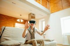 Conceito da tecnologia, do jogo e dos povos Homem que veste auriculares da realidade virtual Imagens de Stock
