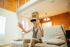 Conceito da tecnologia, do jogo e dos povos Homem que veste auriculares da realidade virtual Foto de Stock Royalty Free