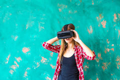 Conceito da tecnologia, do VR, do entretenimento e dos povos - jovem mulher feliz com os auriculares da realidade virtual ou os v fotos de stock royalty free