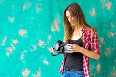 Conceito da tecnologia, do VR, do entretenimento e dos povos - jovem mulher feliz com os auriculares da realidade virtual ou os v foto de stock