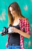 Conceito da tecnologia, do VR, do entretenimento e dos povos - jovem mulher feliz com os auriculares da realidade virtual ou os v foto de stock royalty free