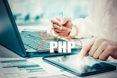 Conceito da tecnologia e do Internet - o homem de negócios guarda o botão do PHP em telas virtuais Foto de Stock Royalty Free