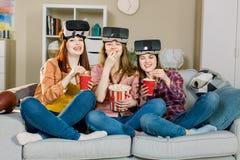 Conceito da tecnologia, da realidade virtual, do Cyberspace, do entretenimento e dos povos - jovens mulheres felizes com realidad imagens de stock