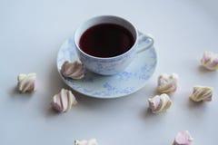 Conceito da ternura, marshmallow e copo quente do chá vermelho Imagem de Stock