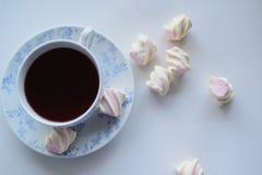 Conceito da ternura, marshmallow e copo quente do chá vermelho Imagem de Stock Royalty Free
