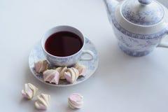 Conceito da ternura, marshmallow e copo quente do chá vermelho Fotografia de Stock