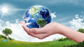 Conceito da terra da ecologia - protetores da terra (elementos desta imagem fornecidos pela NASA) Imagens de Stock Royalty Free